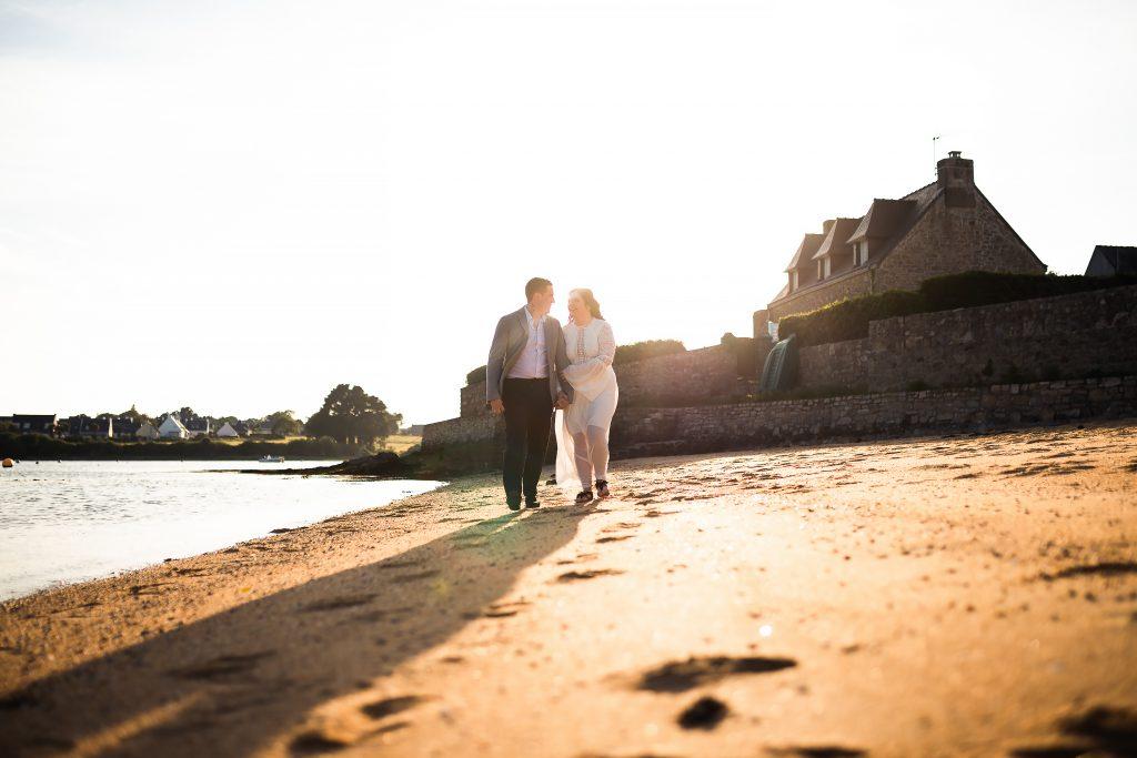 couple de mariés qui marchent sur le sable à Plouhinec.