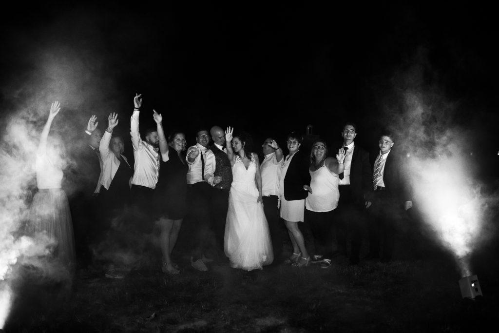 Photographie d'un couple de mariés avec leurs amis.